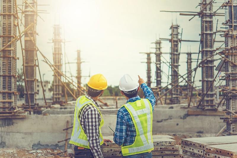 Engenheiros de custos olhando para a obra