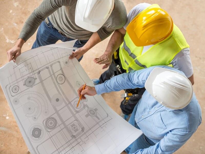Engenheiros planejamento o estudo preliminar de obra