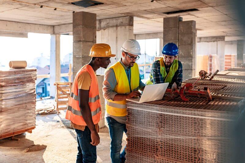 Engenheiros utilizando tecnologia na construção civil