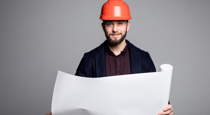 Engenheiro olhando para estudo de viabilidade